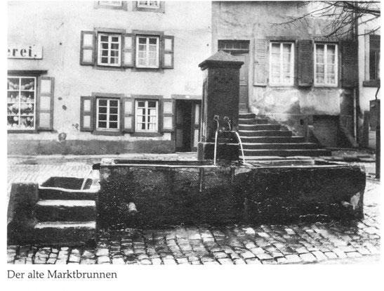 1930,  Der alte Marktbrunnen wurde wegen verkehrstechnischer Probleme 1945 beseitigt. Im Hintergrund die ehemalige Buchhandlung Jakob Bauer., Bild: Stadtarchiv