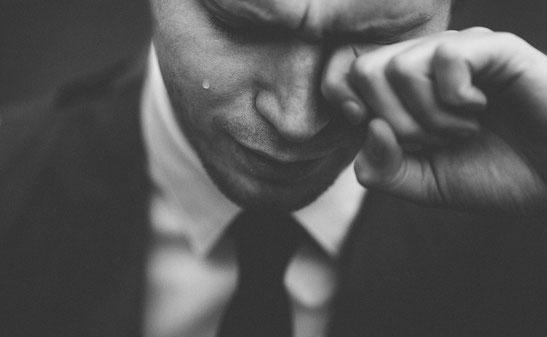 junger Mann mit tränenden Augen