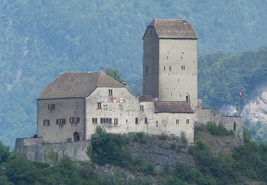 Quelle: https://commons.wikimedia.org/wiki/Category:Schloss_Sargans?uselang=de#/media/File:SchlossSargans.jpg