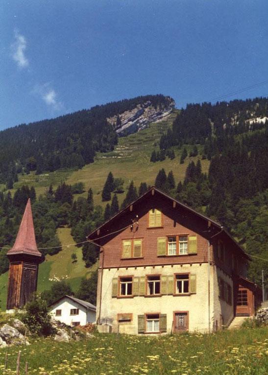Bergschulhaus mit Glockentürmchen