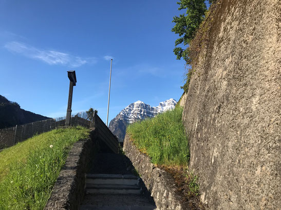 Klostertreppe zur Büntgasse, im Hintergrund Vorderglärnisch und Vrenelisgärtli.