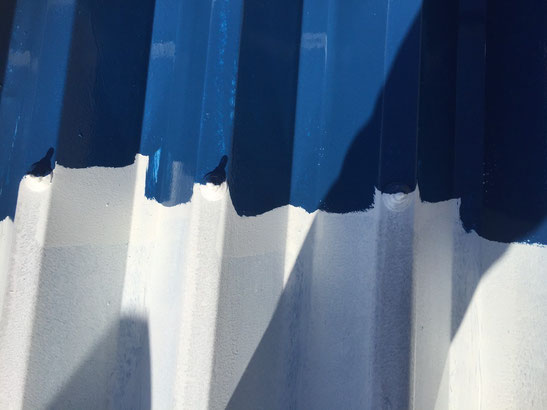 海津町、南濃町、平田町、養老町、輪之内町、羽島市、祖父江町、八開村、立田村、長島町、多度町、北勢町で屋根塗装工事中の屋根塗装工事専門店。平田町で屋根塗装工事/屋根折半塗装工事の中塗り塗装作業中