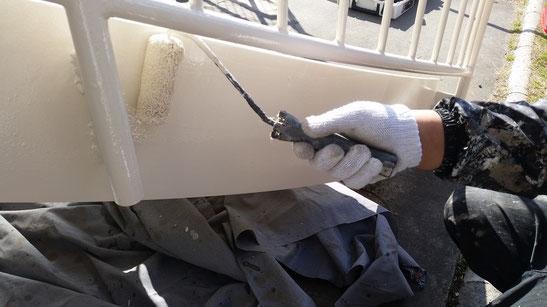 養老町、大垣市、平田町、南濃町、海津町、上石津町、輪之内町で塗装工事中の塗装工事専門店。養老町で塗装工事/ 階段の塗装工事の、上塗り塗装作業中