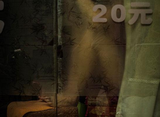 窓に書かれた売春価格表  写真:コリア未来戦略
