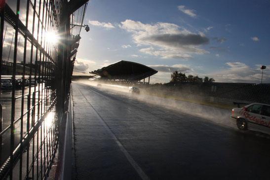 Een spray van water achter de raceauto's, maar Roy bleef doorgaan