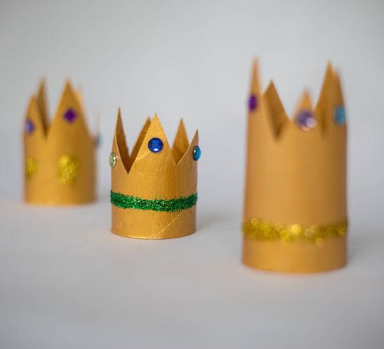 Kleine goldene Kronen für Prinzessinnen, bunt dekoriert für den Kindergeburtstag