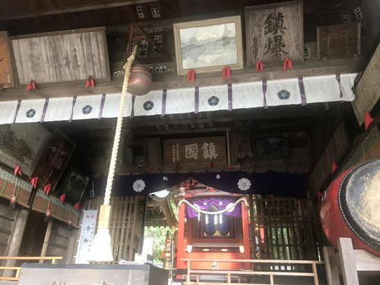 河口浅間神社の拝殿にて舞奉納。「鎮国」「鎮爆」と掲げられている。