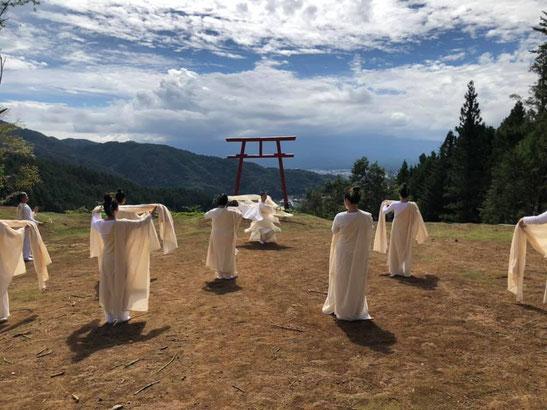 河口浅間神社の富士遥拝所での舞奉納