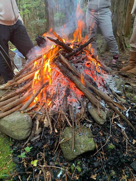 山の瞑想会in大山は、焚火して自然に馴染むことから始めます