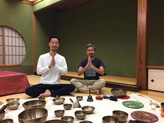 お陰様でキャンドル瞑想会は40回目を迎えました。節目の会にお呼びしたシンギングボウル奏者の石井タカシさんと。