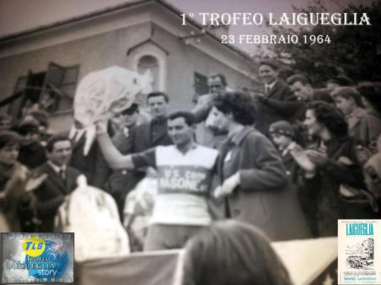 Foto courtesy: archivio TLS, Guido Neri sul podio riceve i fiori del vincitore, a sx. subito dopo la premiazione viene intervistato dall'inviato della RAI il genovese Alfredo Provenzali.
