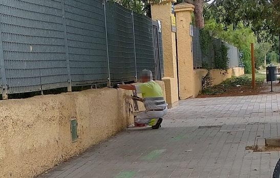 Trabajador del Ayuntamiento de Valencia  tapando  las pintadas  de los vándalos
