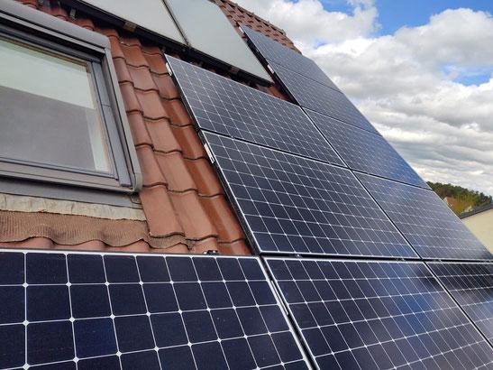Montierte SunPower Module auf einem Hausdach © iKratos