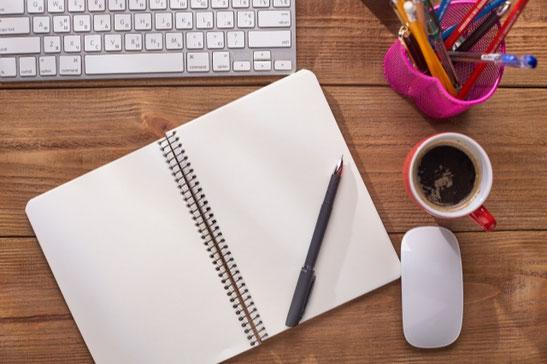 パソコンのキーボードの上に、施錠カギが置かれている。