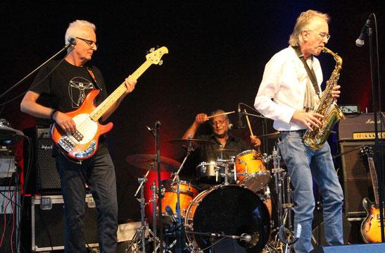 In dieser Besetzung erstmals seit Mitte der 80er-Jahre wieder als Steinwolke gemeinsam auf einer Livebühne: Die Brüder Andreas Haas, Dominic Dias und Konrad Haas (von links).