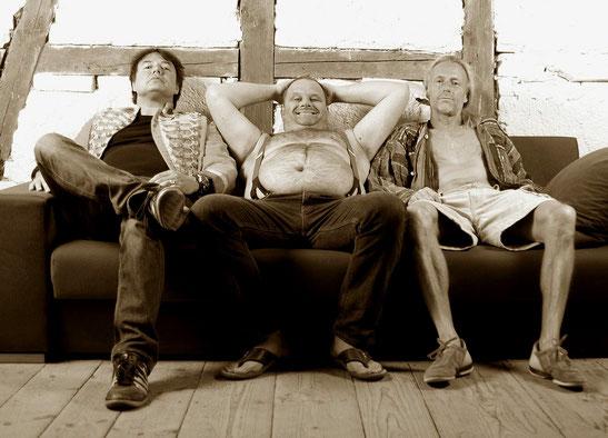 Hardrock und Metal ohne irgendwelche Mätzchen: Das Biberacher-Ravensburger Trio Kinda Like feiert Klassiker von Motörhead, Kiss, Danko Jones, Black Sabbath und weiteren Genre-Größen ab. Foto: Promo