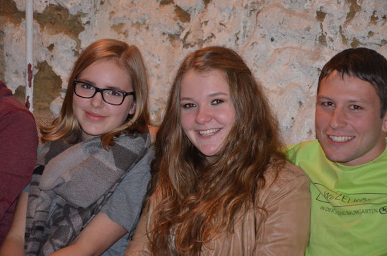"""Glückliche Gesichter: Zwei Jugendliche mit ihrem neuen Jugend-""""King"""""""