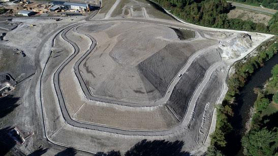 Novafly, entreprise spécialisée en imagerie et topographie aérienne, levés de terrains, calcul de cubatures, modélisation 3D, orthophotos. Cette image représente des travaux d'accès difficiles, l'installation de pylônes pour télésiège, filmée par drone