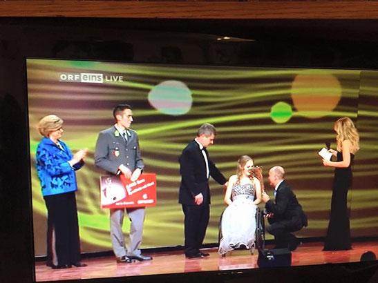 """Andreas Vojta nimmt in Vertretung von Wilhelm Lilge den Award """"Sportler mit Herz"""" bei der """"Nacht des Sports"""" entgegen. Foto: screenshot von ORF 1"""
