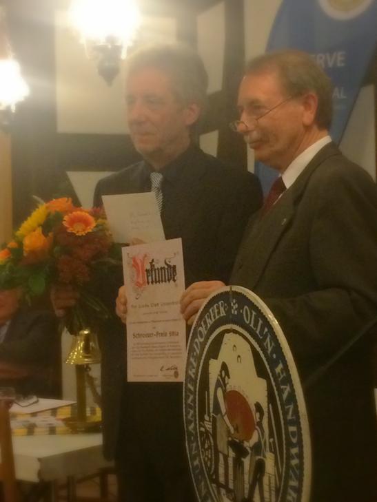 Der Präsident Reinhard Nolte übergibt den Schroeter-Preis. Im 200.sten Todesjahr des Namensgebers wurden die Oll'n Handwarkers für ihre für die Region wertvolle Kulturarbeit seit 1973 ausgezeichnet.
