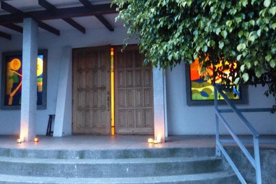 Blick auf die Eingangstür unserer Martin-Luther-Kirche