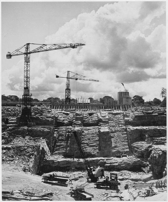 Des grues géantes dans le chantier de construction du barrage électrique d'Edea