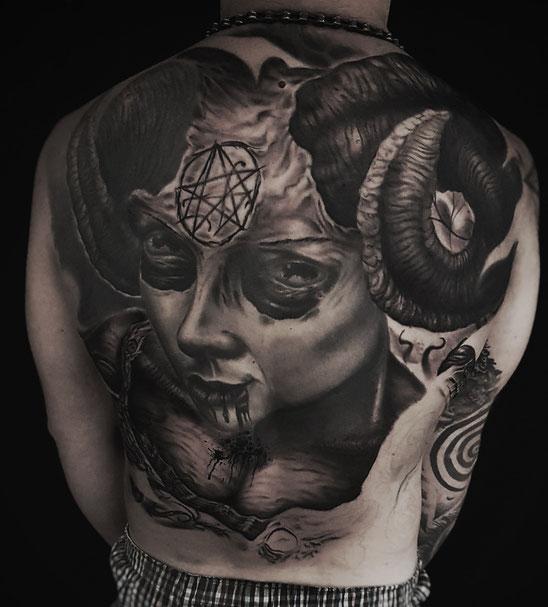 Josh Vangore Dark Art Photografie Hamburg Tätowierer Tätowieren Tattoo Giger Yog Sothot Cthulhu Lovecraft Lovecraftian backpiece rücken rückenproject