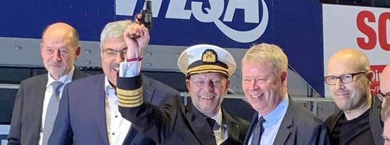 Phoenix Reisen Kapitän Morten Hansen mit Pistole in Bremen
