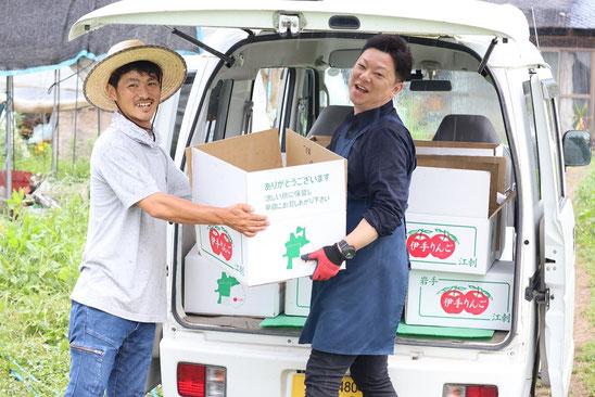芦農園 代表  芦謙二さん(左)「街なか産直 新鮮館おおまち」店長 梁川真一さん(右)