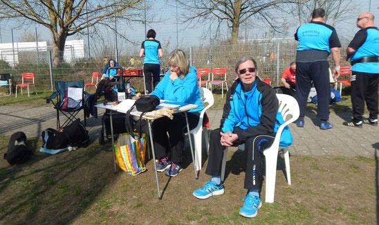 Die Kampfrichterinnen Gertrud Böhm (links) und Sigrid Fuchs warten auf die Athleten.