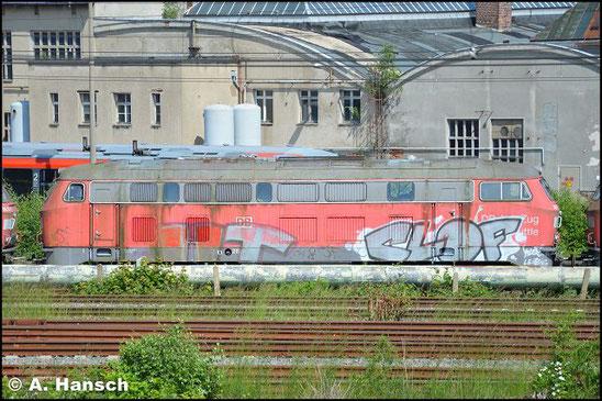 """215 908-5 steht am 5. Juni 2016 vorm AW Chemnitz in einem Lokzug. Sie ist zusammen mit einigen """"Schwesterloks"""" hier im DB Stillstandsmanagement z-gestellt. Für Unkrautentfernungsarbeiten wurde der Zug vorgezogen"""