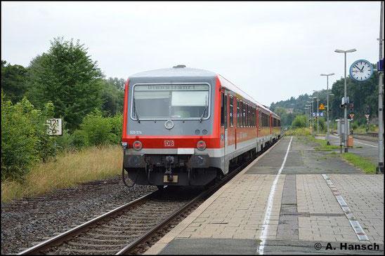 628/928 574 und 928/628 629 durchfahren am 23. Juli 2016 den Bf. Oberkotzau gen Hof. Die Fuhre geht nach Chemnitz ins AW, wo die Triebwagen modernisiert werden