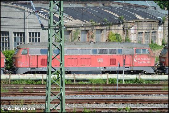 """215 913-5 steht am 5. Juni 2016 vorm AW Chemnitz in einem Lokzug. Sie ist zusammen mit einigen """"Schwesterloks"""" hier im DB Stillstandsmanagement z-gestellt. Für Unkrautentfernungsarbeiten wurde der Zug vorgezogen"""