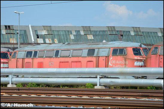 """215 906-9 steht am 5. Juni 2016 vorm AW Chemnitz in einem Lokzug. Sie ist zusammen mit einigen """"Schwesterloks"""" hier im DB Stillstandsmanagement z-gestellt. Für Unkrautentfernungsarbeiten wurde der Zug vorgezogen"""