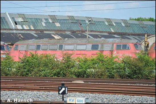 """215 910-1 steht am 5. Juni 2016 vorm AW Chemnitz in einem Lokzug. Sie ist zusammen mit einigen """"Schwesterloks"""" hier im DB Stillstandsmanagement z-gestellt. Für Unkrautentfernungsarbeiten wurde der Zug vorgezogen"""