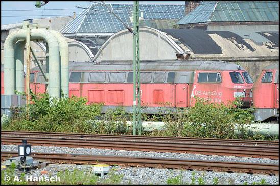 """218 220-2 steht am 5. Juni 2016 vorm AW Chemnitz in einem Lokzug. Sie ist zusammen mit einigen """"Schwesterloks"""" hier im DB Stillstandsmanagement z-gestellt. Für Unkrautentfernungsarbeiten wurde der Zug vorgezogen"""