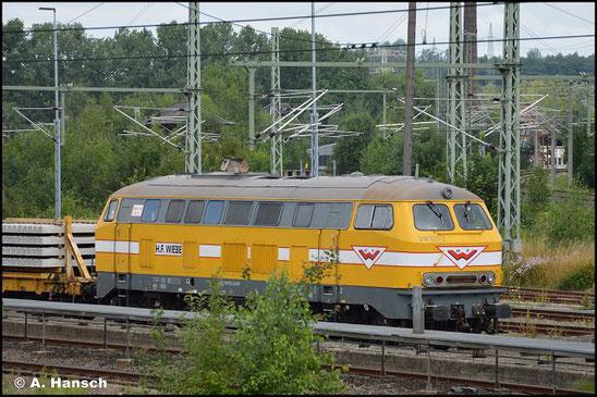 216 122-2 von der Firma Wiebe steht am 18. Juli 2021 mit einem Schwellenzug im Chemnitzer Außenbahnhof