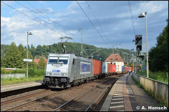 Am 8. August 2016 durchfährt 386 018-6 mit Containerzug den kleinen Bf. von Rathen in Richtung Pirna