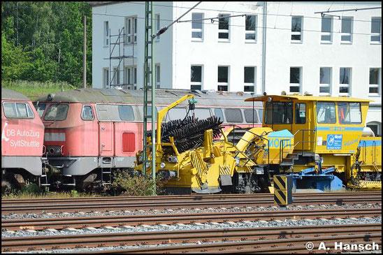 """215 909-3 steht am 5. Juni 2016 vorm AW Chemnitz in einem Lokzug. Sie ist zusammen mit einigen """"Schwesterloks"""" hier im DB Stillstandsmanagement z-gestellt. Für Unkrautentfernungsarbeiten wurde der Zug vorgezogen"""