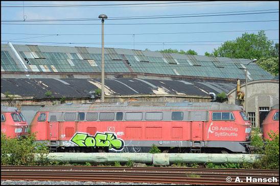 """215 904-4 steht am 5. Juni 2016 vorm AW Chemnitz in einem Lokzug. Sie ist zusammen mit einigen """"Schwesterloks"""" hier im DB Stillstandsmanagement z-gestellt. Für Unkrautentfernungsarbeiten wurde der Zug vorgezogen"""