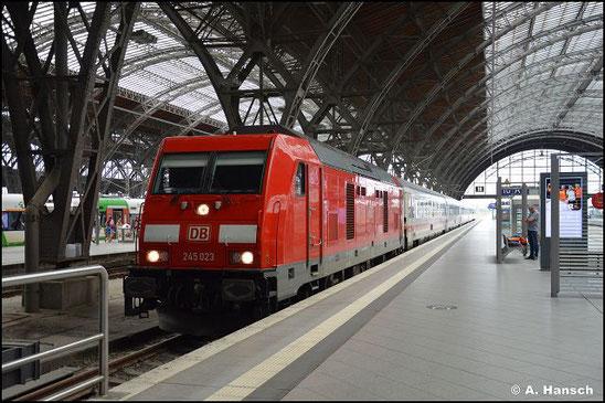 245 023-7 steht mit einer IC-Garnitur in Leipzig Hbf. (7. August 2021)
