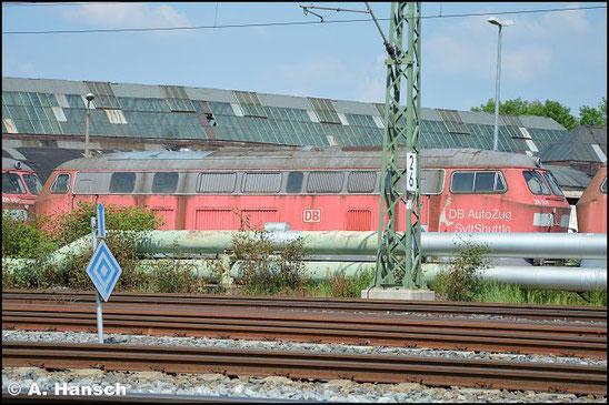 """215 911-9 steht am 5. Juni 2016 vorm AW Chemnitz in einem Lokzug. Sie ist zusammen mit einigen """"Schwesterloks"""" hier im DB Stillstandsmanagement z-gestellt. Für Unkrautentfernungsarbeiten wurde der Zug vorgezogen"""