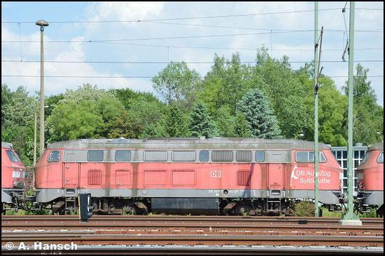 """215 907-7 steht am 5. Juni 2016 vorm AW Chemnitz in einem Lokzug. Sie ist zusammen mit einigen """"Schwesterloks"""" hier im DB Stillstandsmanagement z-gestellt. Für Unkrautentfernungsarbeiten wurde der Zug vorgezogen"""