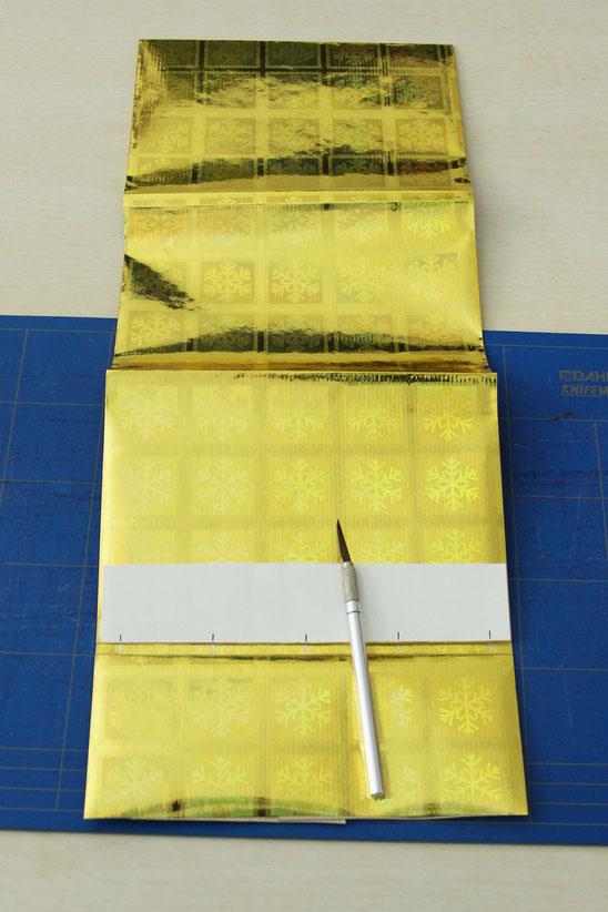 Positionen für Löcher auf dem Umschlag anzeichnen