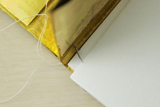 Seiten am Umschlag festnähen