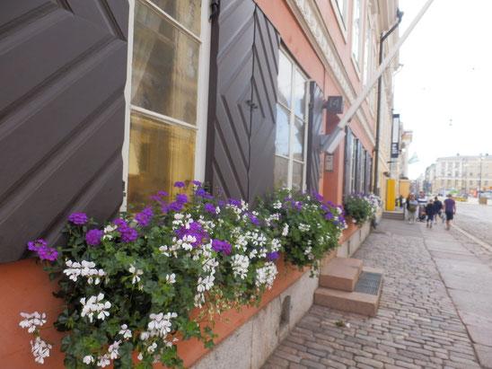 欧州っぽい、鎧戸と軒先の花、通る人に癒しを与えていました