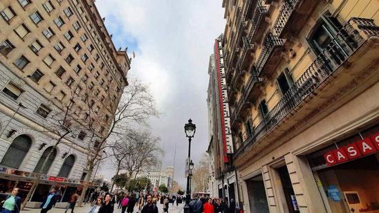 Portal del Angel - улица для недорогих покупок в Барселоне