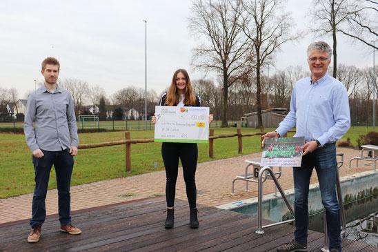 Talea Gerdes (Mitte) vom SV SW Lindern erhält aus den Händen der KSB-Geschäftsführer Christoph Rohling (Cloppenburg, rechts) und Robin Pahl (Vechta, links) den symbolischen Scheck für Teamausrüstung im Wert von 1.300 EUR