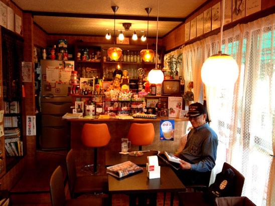 中では喫茶だけでなく懐かしい食事もできます、デンキブランなどのアルコール類も。