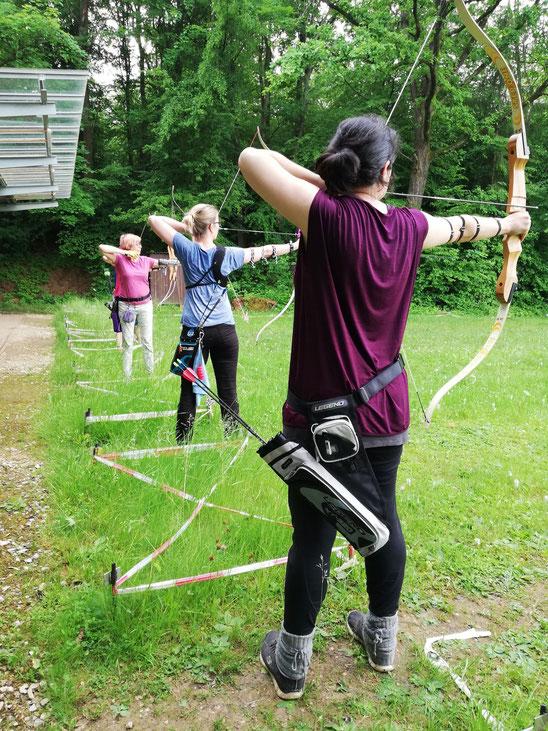 Bogenschützinnen in Esslingen auf der Bogenwiese der Schützengesellschaft